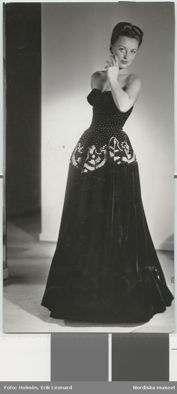 Jacques Fath för Franska Damskrädderiets uppvisning 1947. Kvinna i svart aftonklänning med vita broderier. Foto: Erik Holmén för Nordiska Kompaniet