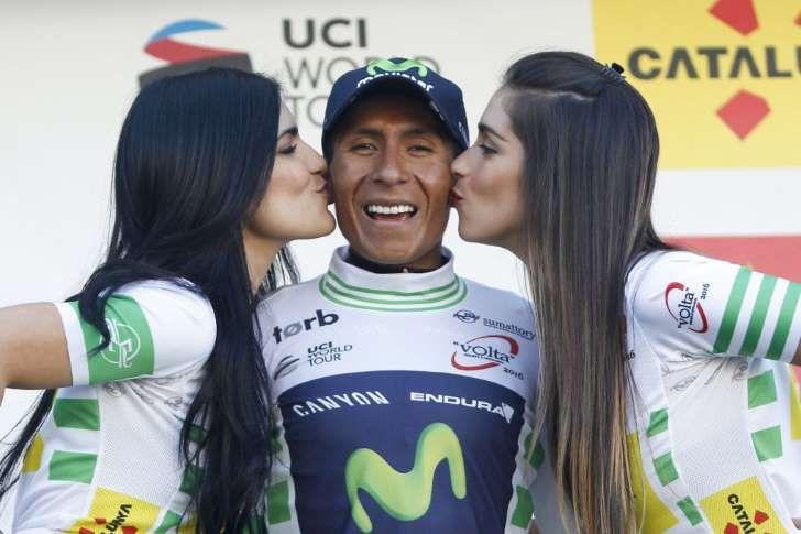 El corredor colombiano del equipo Movistar, Nairo Quintana, en el podio tras conseguir el liderato de la clasificación general en la cuarta etapa de la Volta a Catalunya disputada hoy entre las localidades de Bagà y Port Ainé, en la que se ha impuesto el corredor belga del equipo Lotto Soudal, Thomas de Gendt.