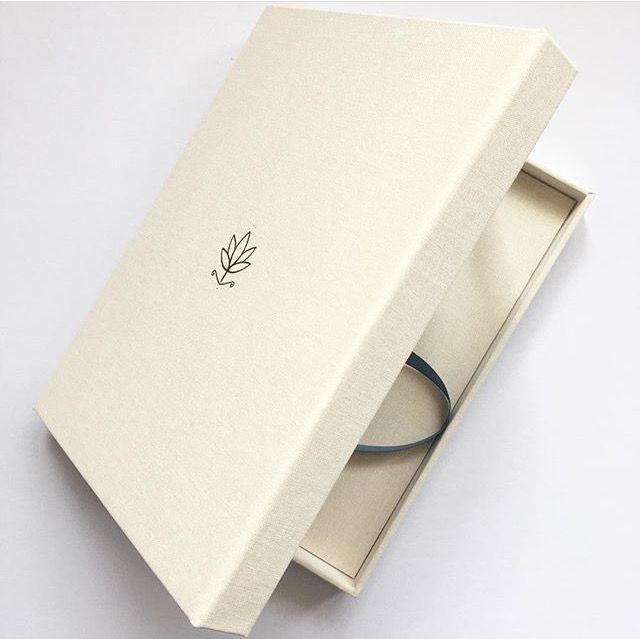 Boekdoos voor Wezens. Gemaakt door de kartonnerie. Het symbool op de voorkant van de doos staat ook op de rug en in het binnenwerk van Wezens. - Lot Bouwes