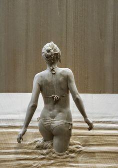 Madeira se transforma em figuras humanas hiper-realistas nas mãos desse escultor