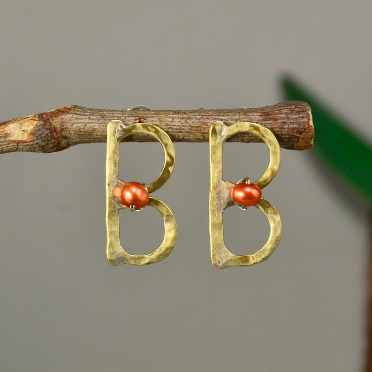 Pearl monogram earring, letter studs, orange pearl stud, gold initial stud, hammered jewelry, B earrings, personalized pendant, custom charm by ColorLatinoJewelry on Etsy