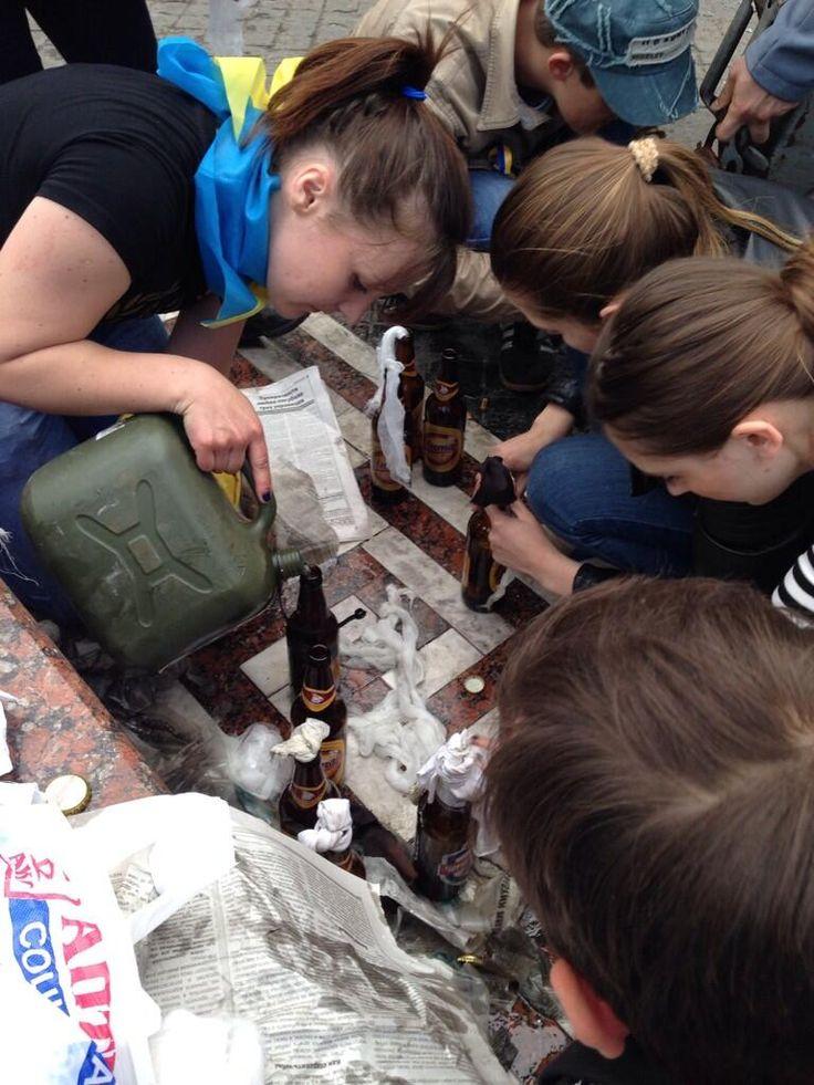 Making Molotovs in central #Odessa: pic.twitter.com/qzUzKR5JAO