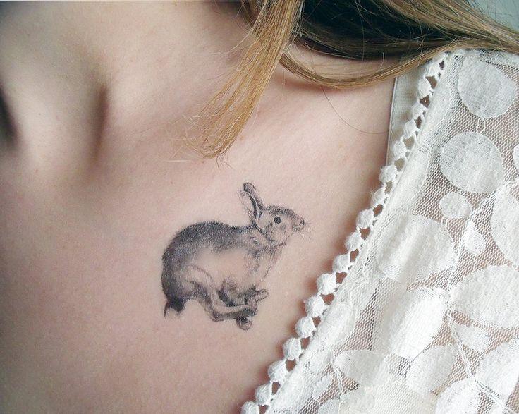 Tatuaggio temporaneo piume e coniglio (include 2 tatuaggi) di BurrowingHome su Etsy https://www.etsy.com/it/listing/123638469/tatuaggio-temporaneo-piume-e-coniglio
