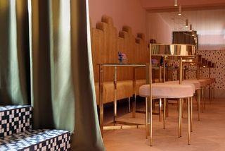 """Хозяева деревянного загородного коттеджа нехотели, чтобы он получился типичным """"домиком вдеревне"""". Дизайнеры из Fabula Interiors разрушили банальный образ с помощью ярких красок."""