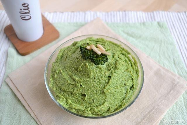 Pesto di broccoli | Volete una variante gustosa al classico pesto ligure? Il pesto di broccoli è quello che fa per voi: semplice, gustoso e nutriente.