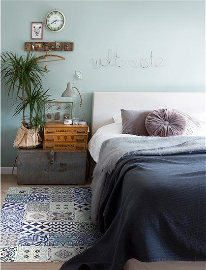 The sweet vinyl mat Eclectic in blue by Beija Flor looks deceptively similar to her model. The mat is printed with an old tile pattern. Here …