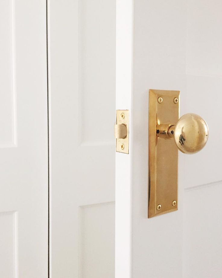 Love This Brass Doorknob With Plate Brass Brassdecor Door Hardware Homedecor Homedecorideas Traditional Interior In 2020 Door Hardware Brass Door Handles Doors