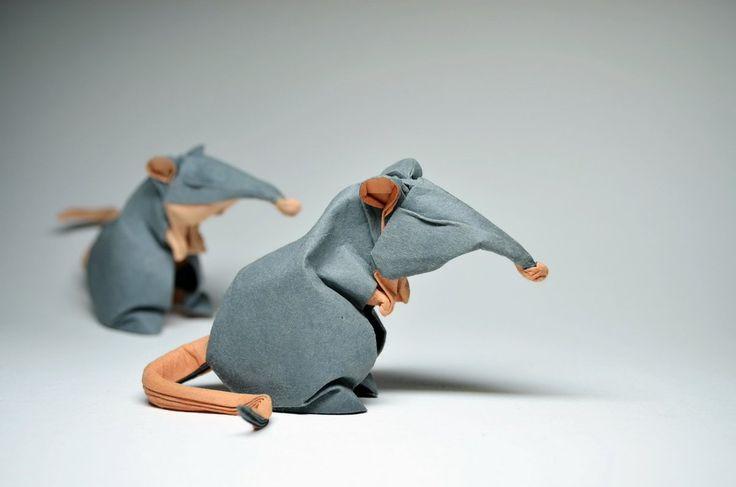 龍國竣/リュウゴク @Ryuugoku  7月19日 ホアン・ティエン・クイエット(1988〜)による作品。ベトナムのアーティスト。幼い頃から折り紙に熱中していました。ウェットフォールディングと呼ばれる水を使って紙を湿らせる難易度の高い技を使って非幾何学的な作品に仕上げています。