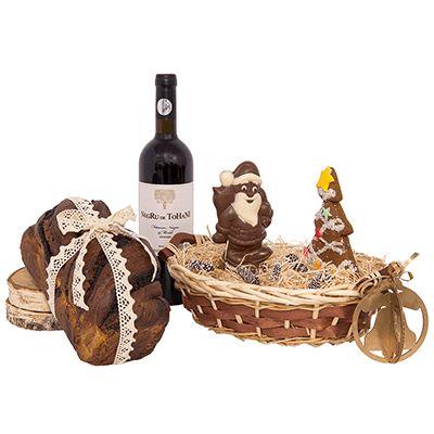 Cadou pentru Craciun AT02 traditional. #Cos #cadou pentru #Craciun traditional contine #vin roșu Fetească Neagră&Merlot Negru de Tohani, #cozonac tradițional, figurină din ciocolată, turtă dulce, #decoratiune 3D pentru #brad. Produsele selectionate sunt asezate intr-un cos împletit, decorat cu iarbă naturală de bumbac si fundiță asortată. Cadoul traditional transmite urari de #sarbatori partenerilor sau colaboratorilor care apreciaza Craciunul tipic #romanesc.