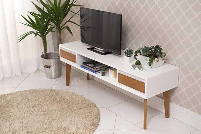Para uma sala de estar pequena, móveis com pés palito são ótimas opções. Eles dão a impressão de mais espaço do que realmente existe, tornando o ambiente muito mais aconchegante