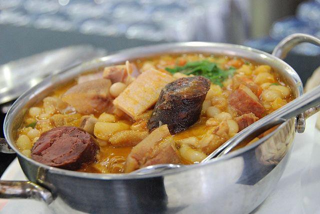 Les «Tripes à la mode de Porto» est le plat plus traditionnel de la ville de Porto, qui est préparé avec viandes, tripes, plié de veau et haricots blancs.
