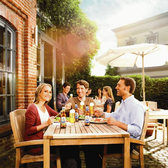 Business mit 0,0 Prozent. Geschäftsessen oder Mittagspause: alkoholfreies Bier als leichte Alternative. Ein alkoholfreies Bier, zum Beispiel mit 0,0 Prozent Alkohol, wie von Bitburger, erfrischt auch in der Mittagspause Foto: djd/Bitburger