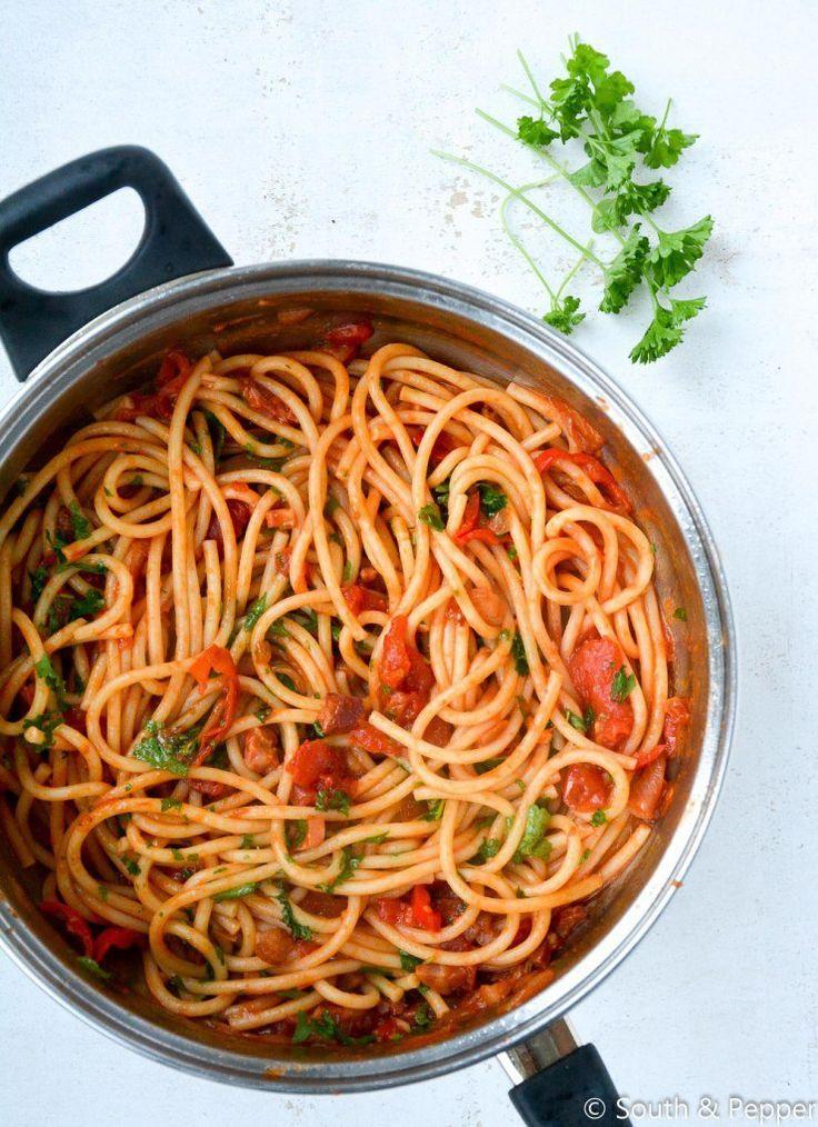 Het klassieke gerecht komt uit Amatrice bij Rieti en wordt traditioneel gemaakt met enkel tomaten, spek en kaas. In dit recept voeg ik er ook nog rode peper en wat wijn aan toe.