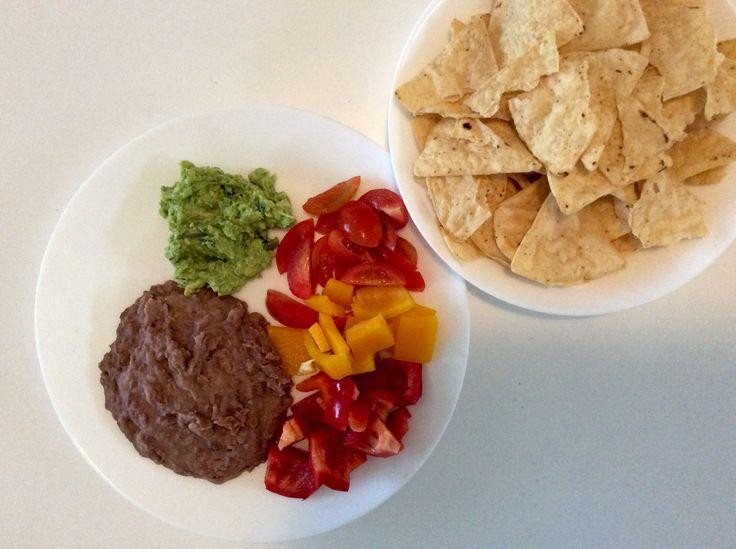 Refried beans, guacamole, rajčata, papriky, nachos