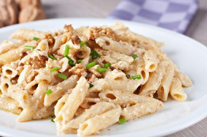 Pasta con Salsa de Nuez  170 gramos de nuez  1/2 diente de ajo picado  1 rebanada de pan sin orillas  2/3 de taza de leche entera  30 gramos de queso parmesano rallado  3 cucharadas de aceite de oliva  pimienta  1 kilo de pasta tipo penne  1/2 taza de perejil picado