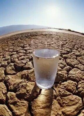 Agua en el desierto segunda parte... efectivamente tenía agua. ¡La botella estaba casi llena de agua! Pero de repente, el hombre se vio en un dilema: Si bebía el agua podría sobrevivir, pero si volcase el agua en la vieja bomba oxidada, quizás obtuviera agua fresca, bien fría, allí en el fondo del pozo, toda el agua que quisiera y podría llenar la botella para la próxima persona... pero quizás eso no salga bien. ¿Qué debería hacer? ¿Volcar el agua en la vieja bomba y esperar el agua fresca…