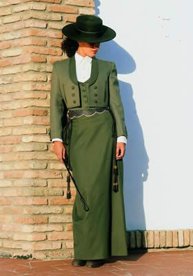 Traje de amazona. The slim skirt is sometimes referred to as falda Cordobesa, or Cordoba style skirt.