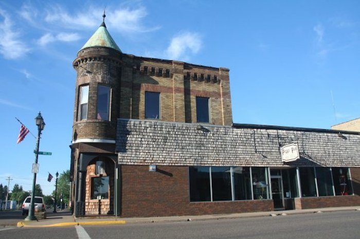 This Small Town Pizza Place In Minnesota Looks Just Like A Castle