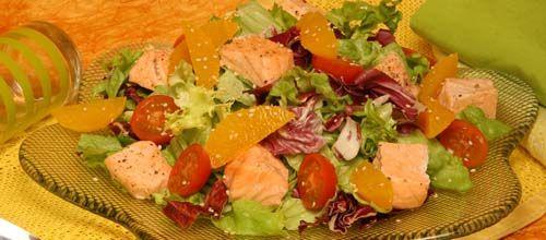 Salada de alface com laranja e salmão