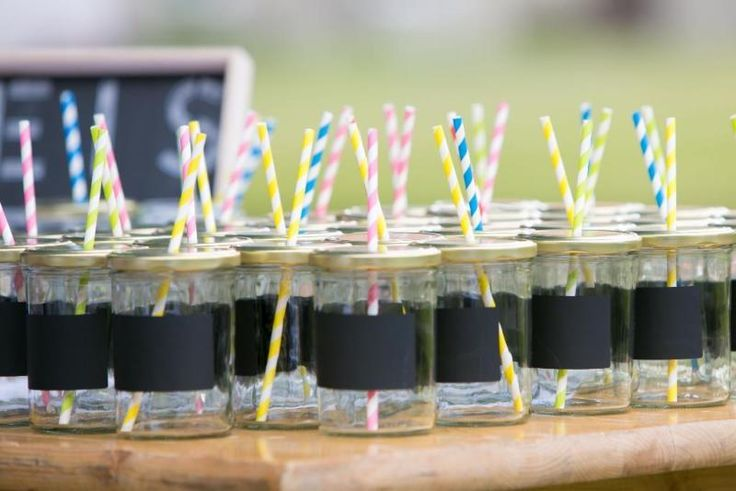 """Verkaufe 50 Becher (0,4l) mit goldenem Deckel und bunten Strohhalmen. Wir haben die Becher für die Eisteebar auf unserer Hochzeit genutzt. Ideal auch für Bowle oder Limonade. Die Becher haben ein Tafelettikett auf dem mit Kreide oder Tafelmaker der Name eingetragen werden kann. Ideal für Kindergeburtstage, Gartenpartys oder Hochzeitsfeiern. Bunte Papierstrohalme und ein Kreidemarker sind dabei.Das passende """"Eisteebar-Schild"""" und ein Kilner-Getränkespender (8 l) Fassungsvermögen werden…"""