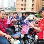 Jalur Gemilang diedarkan kepada setiap peserta untuk dilekatkan pada motosikal mereka dalam program Kembara Anak Merdeka dan Kempen Keselamatan Jalan Raya.