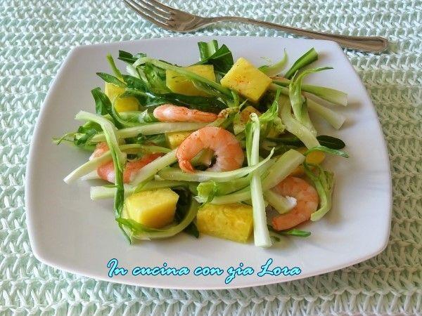 Questa insalata di puntarelle con gamberi e ananas è davvero gradevole, completamente diversa e più delicata di quella classica con acciughe  e aceto che preparo di solito (qui la ricetta). L'emulsione di olio, arancio e limone toglie tutto l'amaro e l'abbinamento degli ingredienti è ottimo. La ricetta arriva da una nota rivista mensile di cucina.