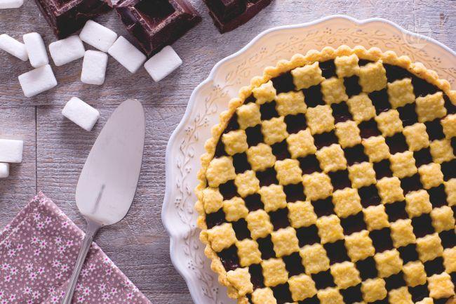 La crostata al cioccolato è un dolce realizzato con pasta frolla farcita con crema  al cioccolato, un dolce friabile e goloso ideale per la merenda
