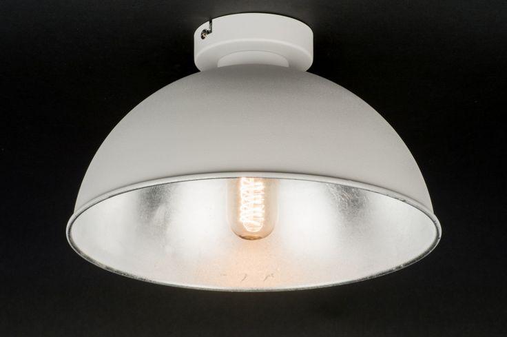 Artikel 10976 Fraaie plafondlamp voorzien van een industrieel karakter. Het armatuur heeft een matte, witte buitenzijde. De binnenzijde van de kap heeft een opvallende, metallic afwerking in een zilveren kleur. http://www.rietveldlicht.nl/artikel/plafondlamp-10976-modern-wit-mat-metaal-rond