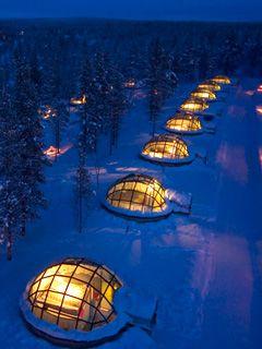 カクシラウッタネン(フィンランド) 寝転びながら、星空とオーロ ラを 眺められるホテル