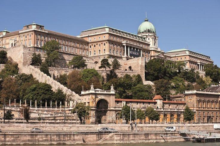 En lo alto de una colina, el Castillo de Buda convida una de las mejores vistas de la ciudad. Fue declarado Patrimonio Histórico de la Humanidad, se encuentra en el distrito 1 de Buda y es el epicentro del casco histórico. Lo circundan la Galería de Arte Nacional, el Bastión de los Pescadores, la Plaza de la Trinidad y la Iglesia de San Matías. Lo que fue el palacio de la corona húngara hoy conserva su historia, especialmente en el salón de fiestas, las criptas, la escalera principal y la…
