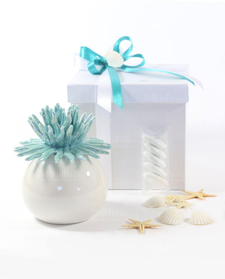 Bomboniera Profumatore corallo, posizionato all'interno dell'astuccio, completo di tubicino completo di 5 confetti e scatola chiusa esternamente con doppi fiocchi in raso tiffany e bianco  con graziosa conchiglia.