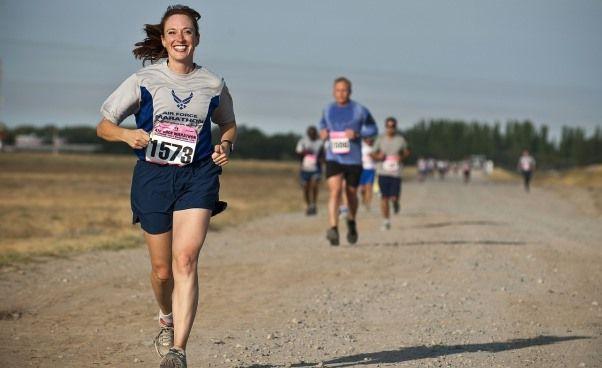 Biegamy! Wydawałoby się, że nie ma nic prostszego: zakładamy podkoszulek, szorty, trampki i biegniemy… Tak można zrobić raz czy dwa i to na krótkim dystansie. Jeżeli chcesz naprawdę biegać (czyli regularnie, co najmniej 1-3 razy w tygodniu), to musisz wiedzieć jak przygotować się do biegania, inaczej szybko przestanie Ci się to podobać, nabawisz się kontuzji, będziesz czuła dyskomfort i stwierdzisz, że ten sport nie jest dla Ciebie.