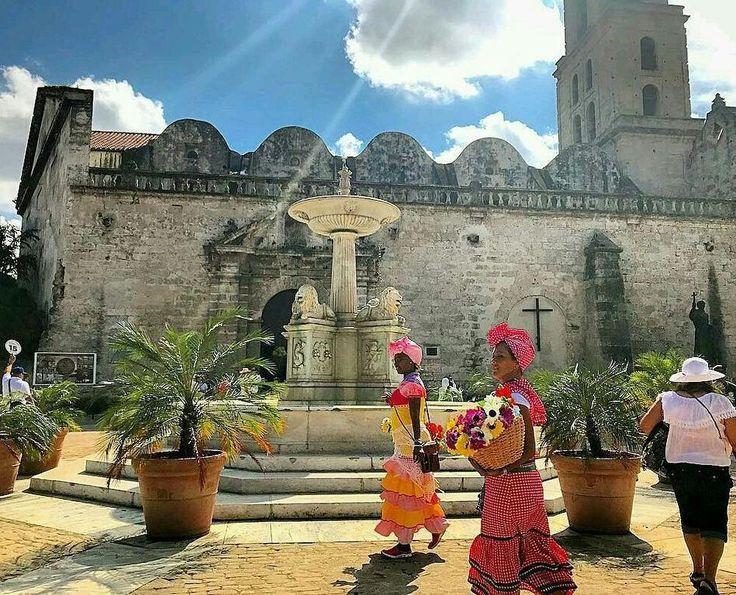 Viajar a Cuba representa la oportunidad de evidenciar la historia latinoaméricana en el Caribe en todo su esplendor.     Edificios coloniales una decandencia llena de Glamour música en las calles fuertes en las costas. Muchas gracias AMY @leonessa_2525 por enseñarnos con tu foto lo hermosa que es la Habana.  #Felicidad #FelicesVacaciones #Viajeros #Viajera #Trotamundo #Vacaciones #Caribe #Playa #ViajarEsVivir