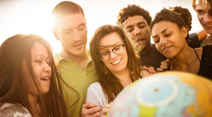 """Aikuiset matkalaukkulapset kohtaavat! """"Jos olet viettänyt merkittävän osan lapsuudestasi vanhempiesi kulttuurin ulkopuolella, olet tervetullut joukkoomme. Jos olet lapsena tai nuorena elänyt …"""