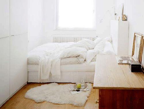 Bed in kleins slaapkamer tegen raam interieur ideeen for Interieur ideeen slaapkamer