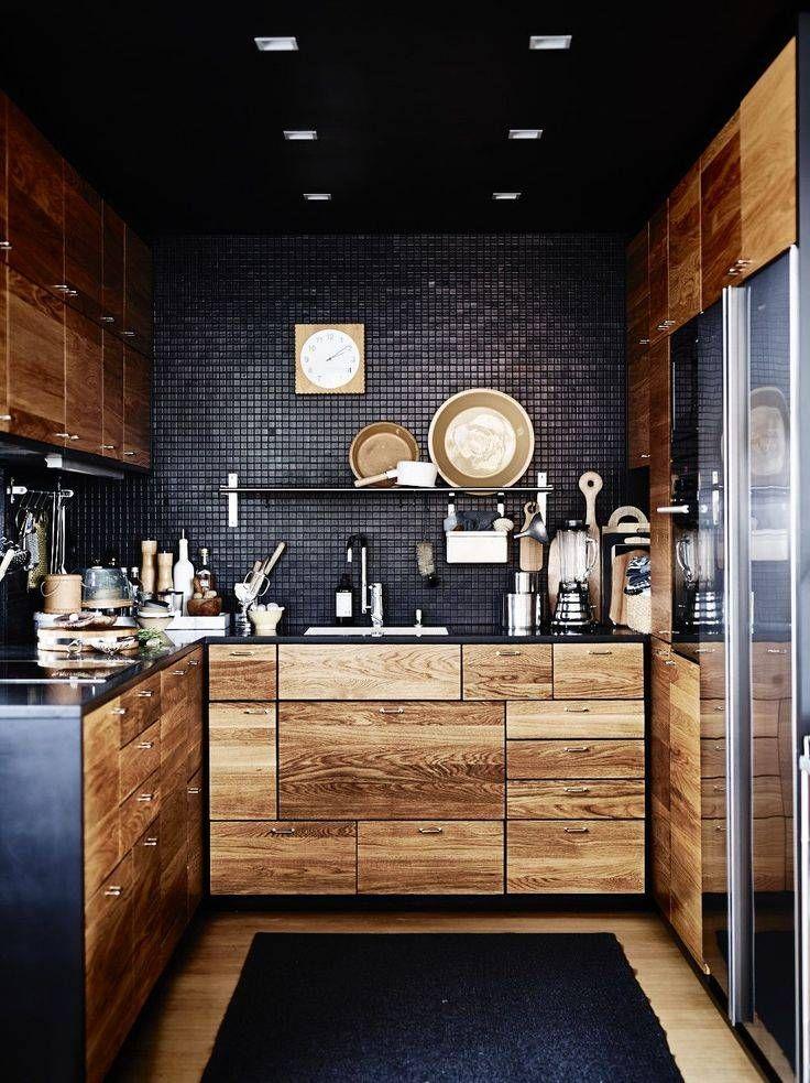 Cucina nera moderna che unisce vari temi di interior design - Classico, contemporaneo e rustico