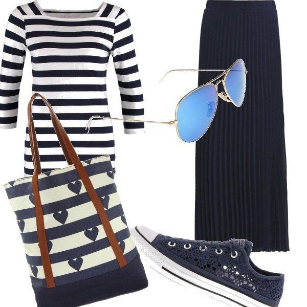 Fantasie bianche e blu duettano sulla maglia e sulla borsa di questo outfit, accostate ad una gonna lunga plissettata in blu e alle sneakers sempre blu ma in stile uncinetto. Per l' università, l' ufficio, una passeggiata, il tempo libero.