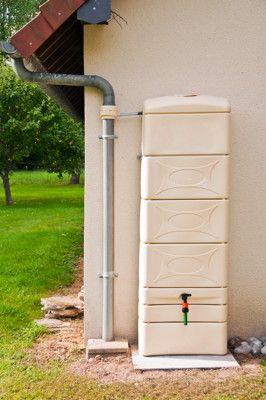 Exemple de stockage de l'eau de pluie en cuve. Pour lire l'article complet et télécharger la fiche technique gratuite sur la récupération de l'eau de pluie : http://www.permaculturedesign.fr/recuperer-eau-pluie-stockage