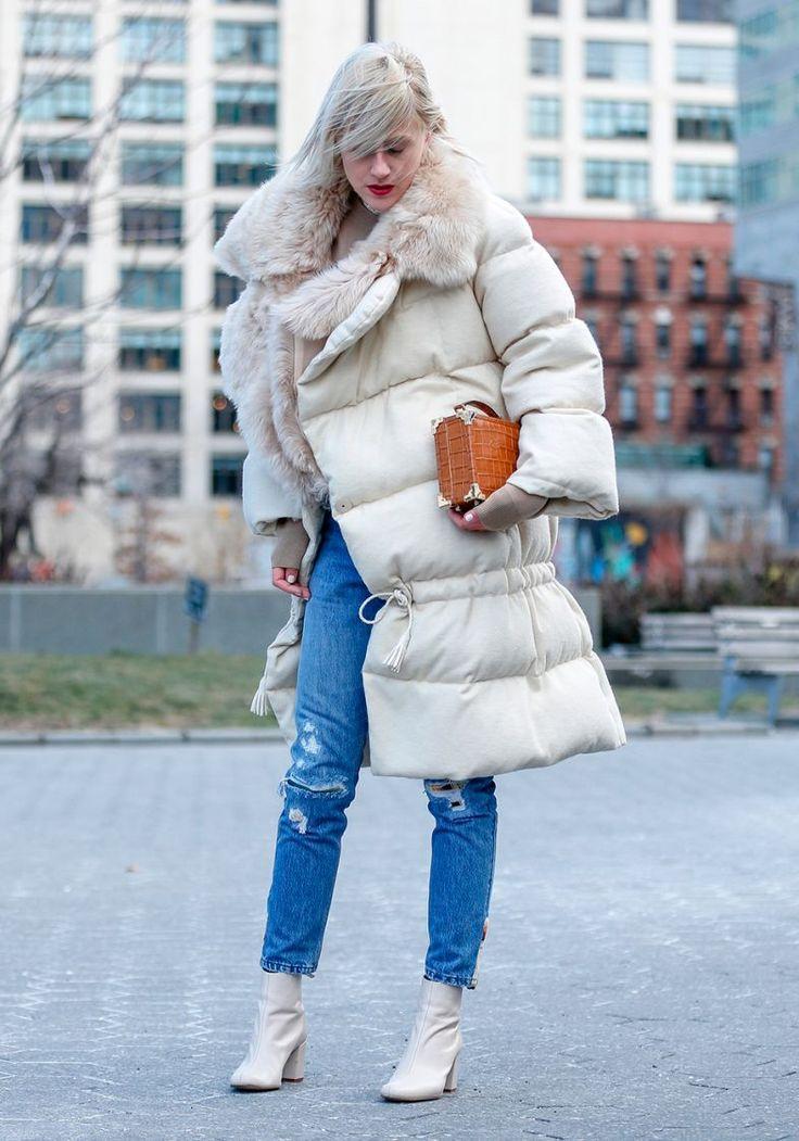 Anos 1990 O jeans de modelagem mais skinny, de cintura alta e com rasgos na perna é um ícone da moda nineties, que, com o retorno da década no cenário fashion, vira um item indispensável para as fãs do estilo grunge