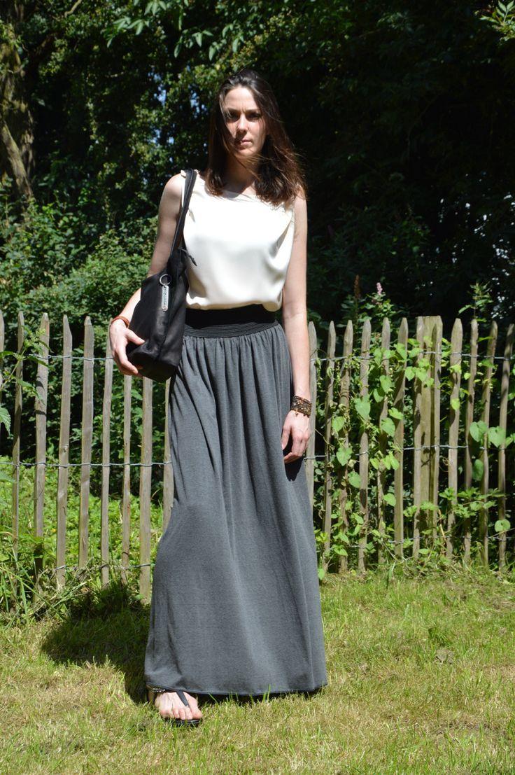 Maxi rokken en –jurken met een hoge taille vind ik persoonlijk bijzonder stijlvol. Ze hebben iets heel vrouwelijks en elegants. Ik had nog een lopend naaiproject aan de kant liggen in zachte jersey…