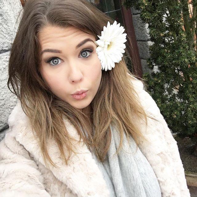 Pin for Later: 14 Blogueuses Francophones Que Toutes les Fans de Beauté Devraient Suivre Marie Lopez | Enjoy Phoenix Son Instagram: enjoyphoenix Sa Chaine YouTube: EnjoyPhoenix Son Blog: Enjoy Phoenix