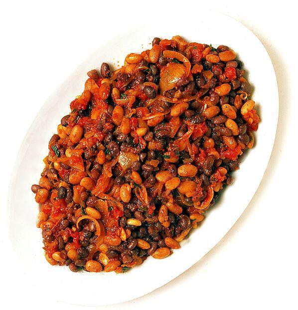 Det här är en kryddstark och doftande böngryta. Här har vi blandat svartögda, vita och svarta bönor, men du kan också koka bara en sort. Utgå från förkokta bönor, så blir rätten snabblagad. Servera bönorna med sallad och kokt ris.