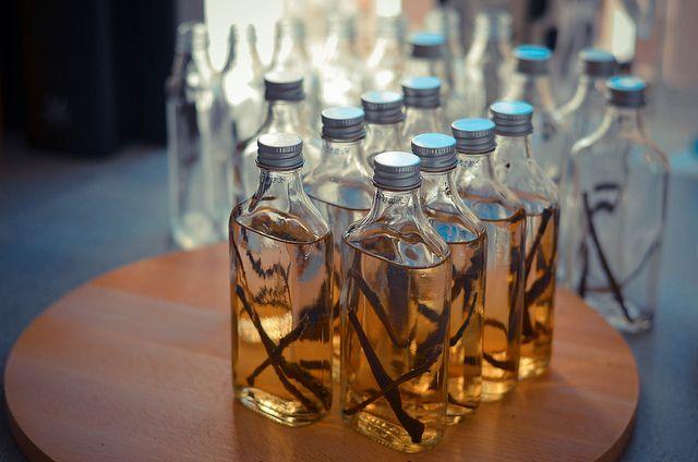 Vanille extract (niet te verwarren met het kunstmatige vanille essence) is niet overal te koop en ook vaak redelijk duur. Dus waarom niet zelf maken? Het geheimeingrediënt? Wodka! Goed voor een klein flesje vanille extract: - 3 à 4 (uitgeschraapte) vanillestokjes - 120 ml wodka - Flesje Snijd of knip de vanille stokjes in de […]