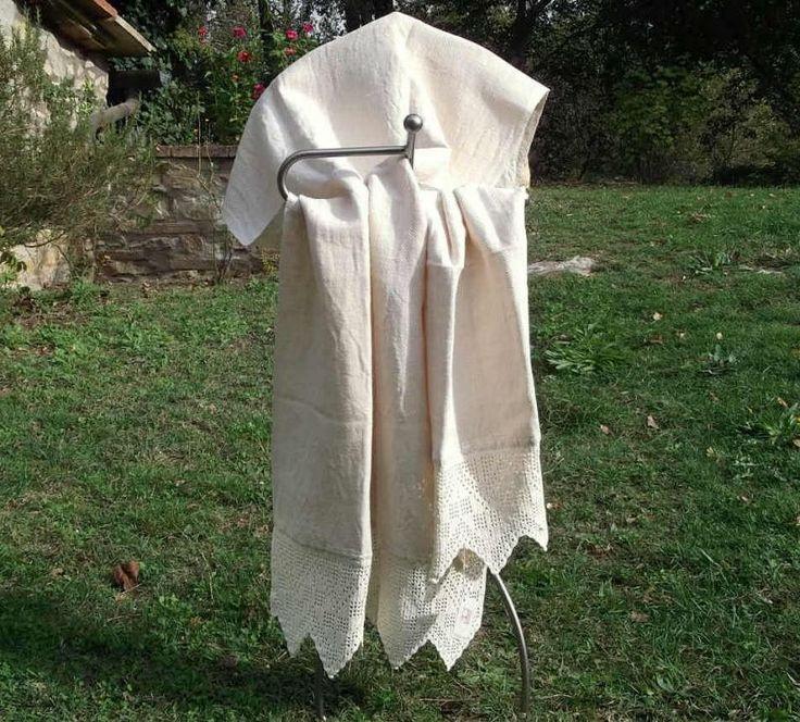 Coppia di teli da bagno tessuti a mano con telai tradizionali, in cotone-canapa. In particolare la Trina, in cotone, è lavorata all'uncinetto. #artigianato #madeinitaly #tessitura #trina #telidabagno