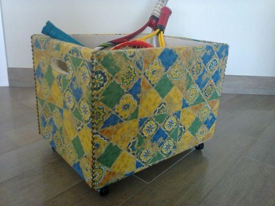 Carrellino porta oggetti in legno rivestito con stoffa e rifinito con borchie e passamaneria gventurapeggi.it/artigianato-italiano/complementi-d-arredo/item/62-carrellino-porta-oggetti