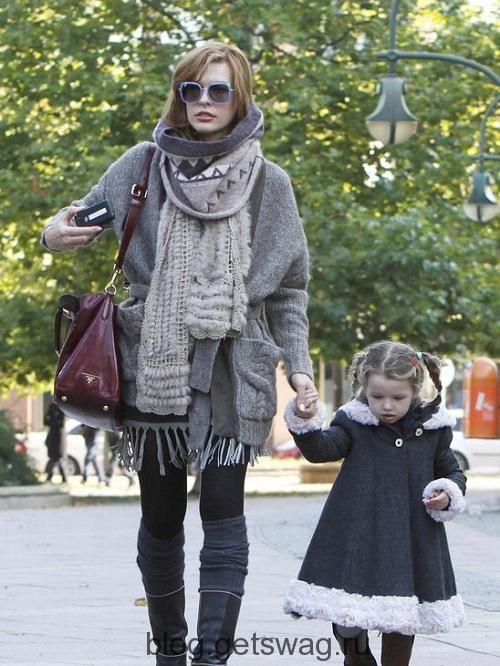 Милла Йовович на прогулке: идеальный street look24