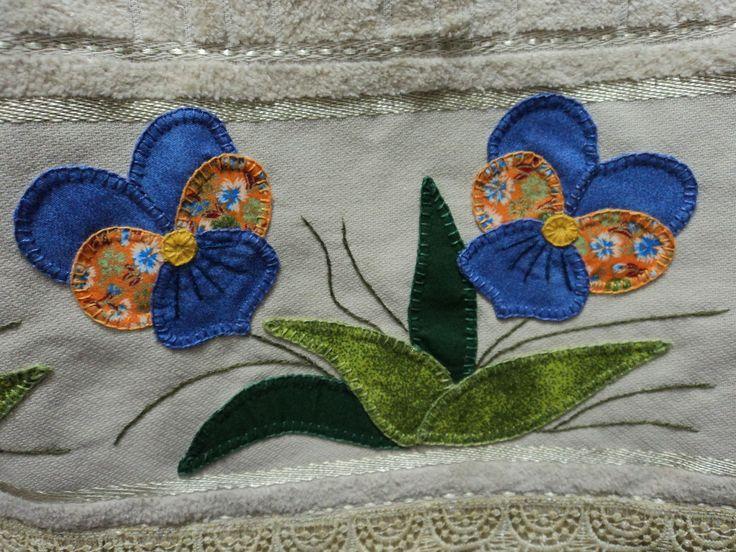 Jogo de toalhas da Karsten, banho, rosto e tapete, feito a mão em patchowork, com barrado de guipir. Banho 0,67x1,40 cm / Rosto 0,49x0,80 cm / Tapete 0,42x0,87 cm. As toalhas na cor verde musgo.