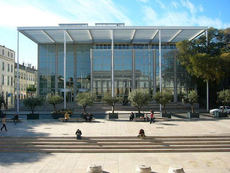 Nîmes : la médiathèque. Elle fait face à la Maison Carrée dont on voit le reflet. Elle a remplacé l'ancien théâtre.