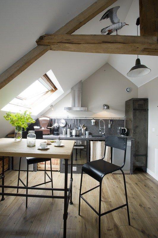 En Normandie, dans une jolie maison en pierres au bord de la mer, Astrid a aménagé plusieurs appartement d'hôtes qu'elle propose à la location. C'est au dernier étage que se trouve le studio que j'avais envie de vous emmener visiter : 32m² mansardés traités comme un mini loft, qui a...