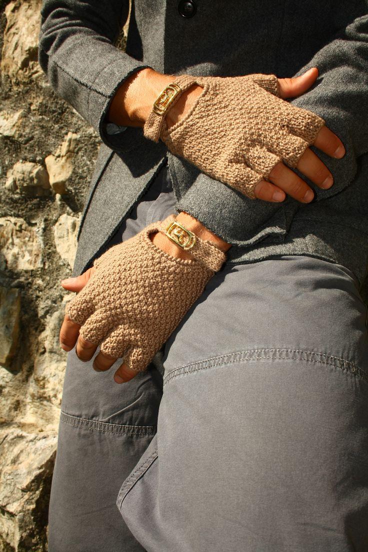 guanti mezze dita da uomo con applicazione in metallo, modello Monza. Half-finger men gloves with metal buckle, model Monza €38 handmade knitwear for man